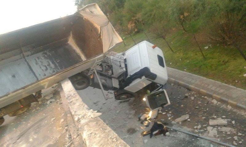 Photo of سقوط شاحنة مقطورة من أعلى جسر سي مصطفى بولاية بومرداس